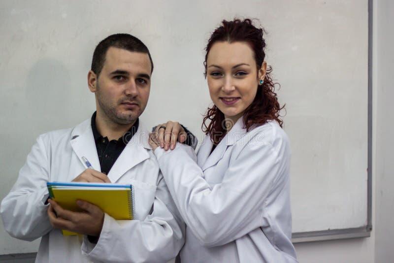 Ο γιατρός και ο γιατρός που στέκονται μαζί το ένα δίπλα στο άλλο το χ στοκ φωτογραφία με δικαίωμα ελεύθερης χρήσης