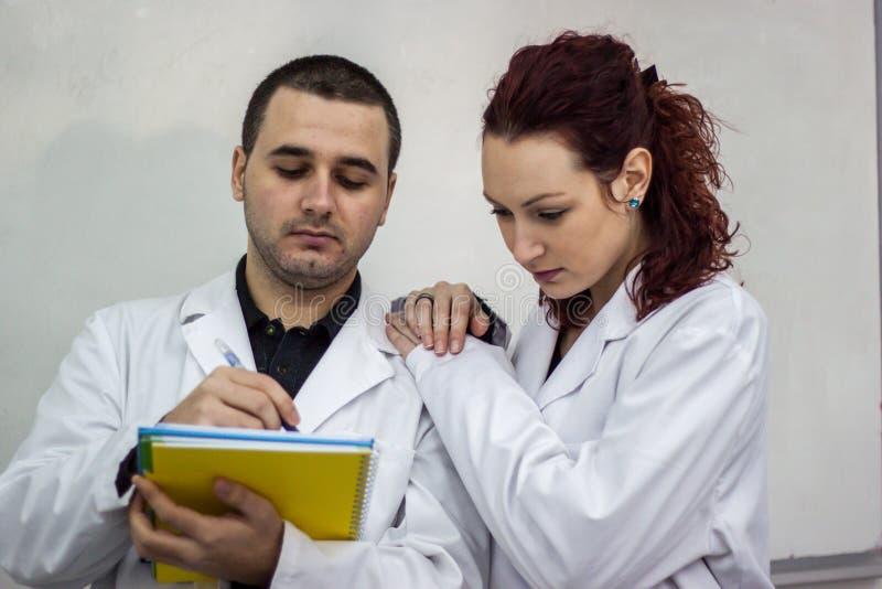 Ο γιατρός και ο γιατρός που στέκονται μαζί το ένα δίπλα στο άλλο το χ στοκ φωτογραφίες