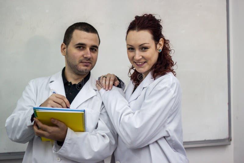 Ο γιατρός και ο γιατρός που στέκονται μαζί το ένα δίπλα στο άλλο το χ στοκ εικόνα με δικαίωμα ελεύθερης χρήσης