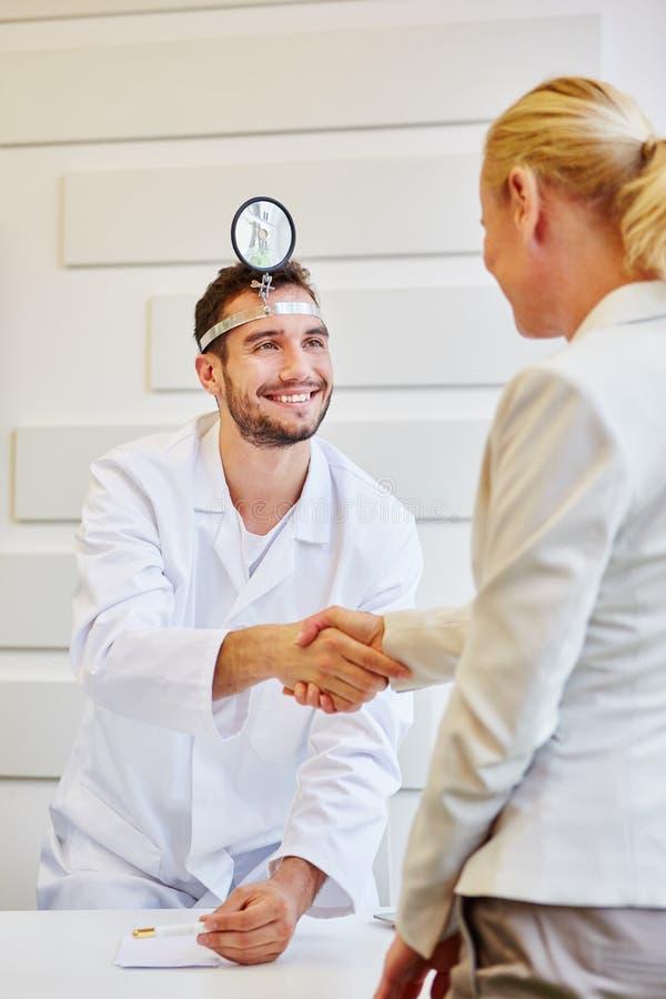 Ο γιατρός καλωσορίζει τον ασθενή με τη χειραψία στοκ φωτογραφία