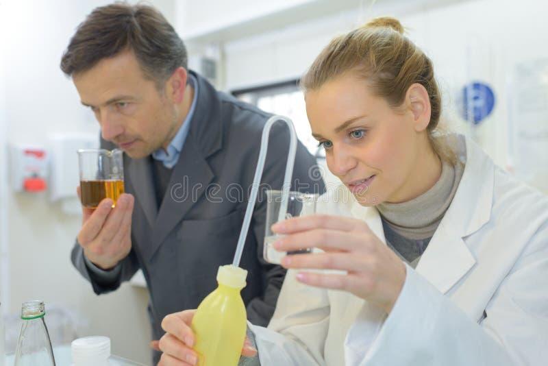 Ο γιατρός μυρίζει υγρός το βοηθητικό κοίταγμα στοκ εικόνα