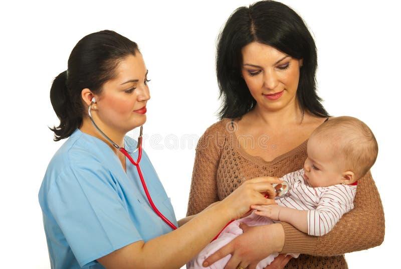 ο γιατρός μωρών εξετάζει στοκ εικόνες
