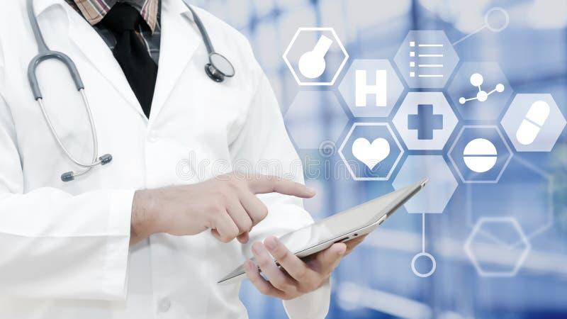 Ο γιατρός που αγγίζει στην ταμπλέτα και το υπόβαθρο είναι παρουσιάζει ιατρικό Ico στοκ φωτογραφίες με δικαίωμα ελεύθερης χρήσης