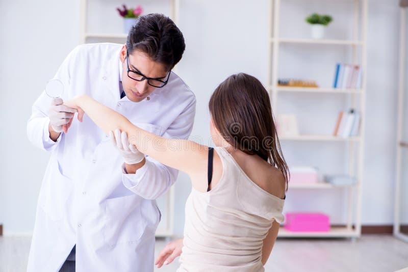 Ο γιατρός που εξετάζει το δέρμα του θηλυκού ασθενή στοκ φωτογραφία με δικαίωμα ελεύθερης χρήσης