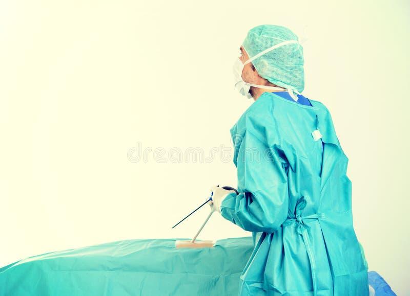 Ο γιατρός πραγματοποιεί μια χειρουργική επέμβαση ενδοσκόπησης στοκ εικόνες με δικαίωμα ελεύθερης χρήσης
