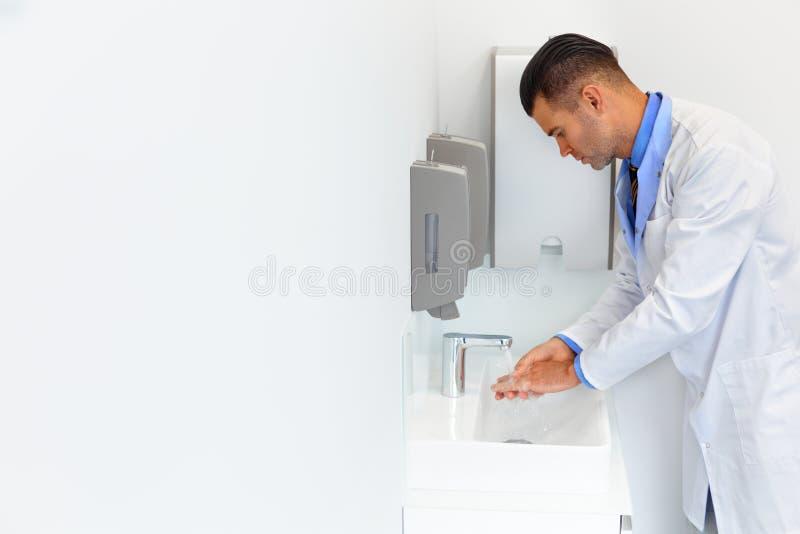Ο γιατρός πλένει τα χέρια πριν από την ιατρική εργασία κλινική οδοντική στοκ φωτογραφία με δικαίωμα ελεύθερης χρήσης