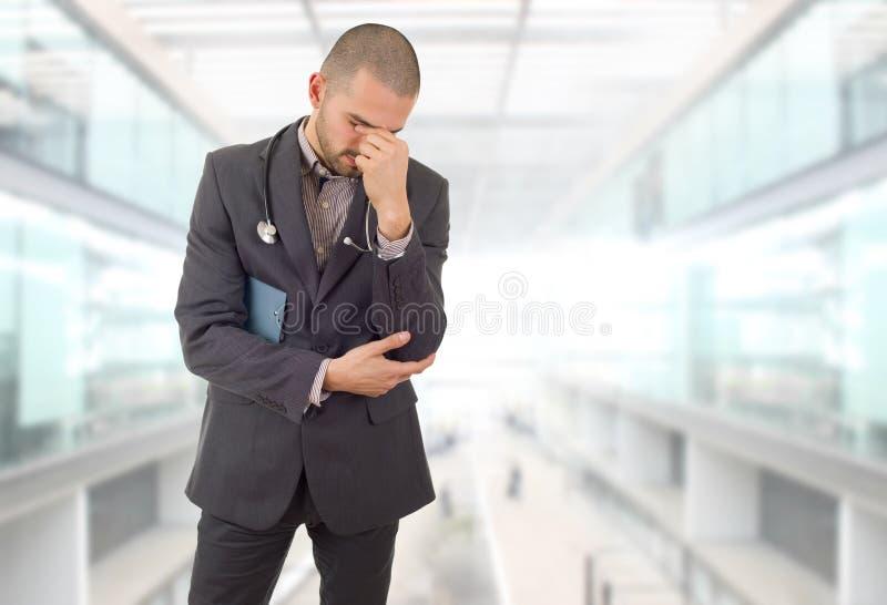 Ο γιατρός σκέφτεται στοκ φωτογραφίες με δικαίωμα ελεύθερης χρήσης