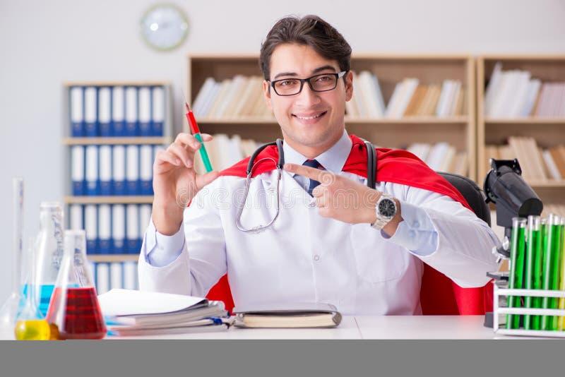 Ο γιατρός superhero που εργάζεται στο νοσοκομείο εργαστηρίων στοκ φωτογραφία με δικαίωμα ελεύθερης χρήσης