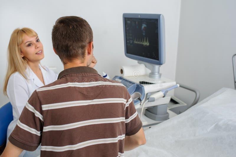 Ο γιατρός Ultrasunography εξηγεί στη συσκευή patientat στοκ φωτογραφίες με δικαίωμα ελεύθερης χρήσης