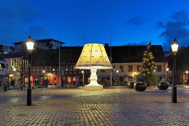 Ο γιγαντιαίος λαμπτήρας στην πλατεία Lilla Torg του Μάλμοε, Σουηδία στοκ εικόνες