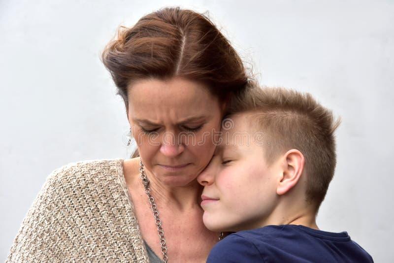 Ο γιος ανακουφίζει τη μητέρα στοκ εικόνα