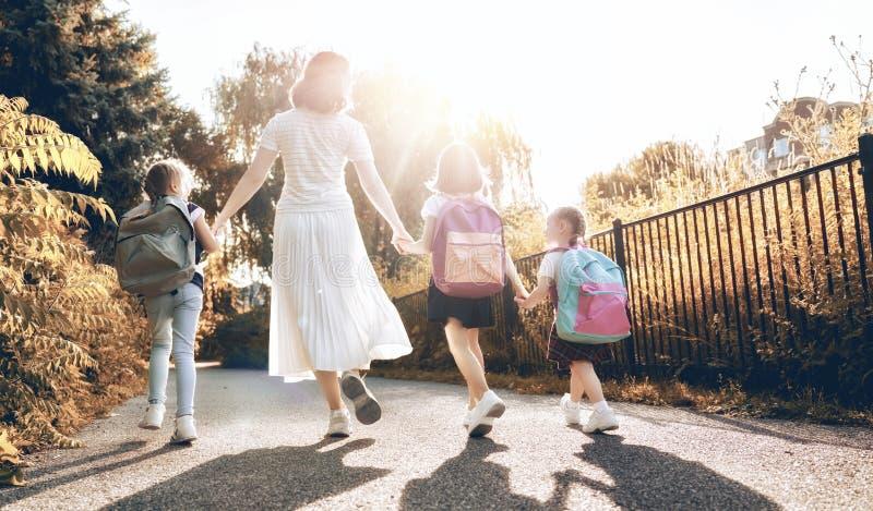 Ο γονέας και οι μαθητές πηγαίνουν στο σχολείο στοκ φωτογραφία με δικαίωμα ελεύθερης χρήσης