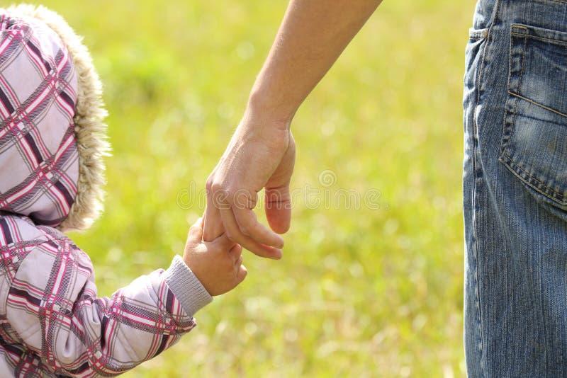 Ο γονέας κρατά το χέρι ενός παιδιού στοκ φωτογραφίες με δικαίωμα ελεύθερης χρήσης