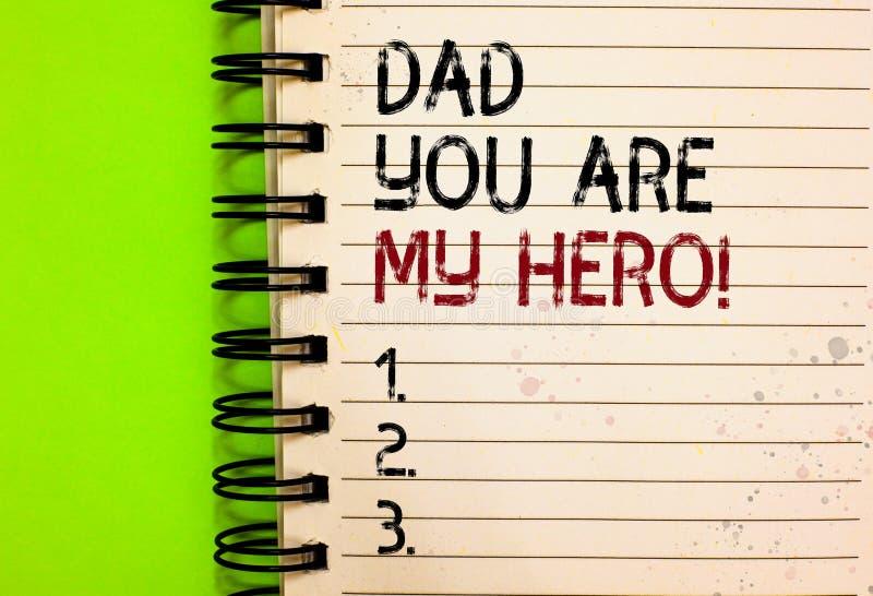 Ο γράφοντας μπαμπάς κειμένων λέξης εσείς είναι ο ήρωας μου Η επιχειρησιακή έννοια για το θαυμασμό για τα συναισθήματα αγάπης πατέ στοκ φωτογραφία με δικαίωμα ελεύθερης χρήσης