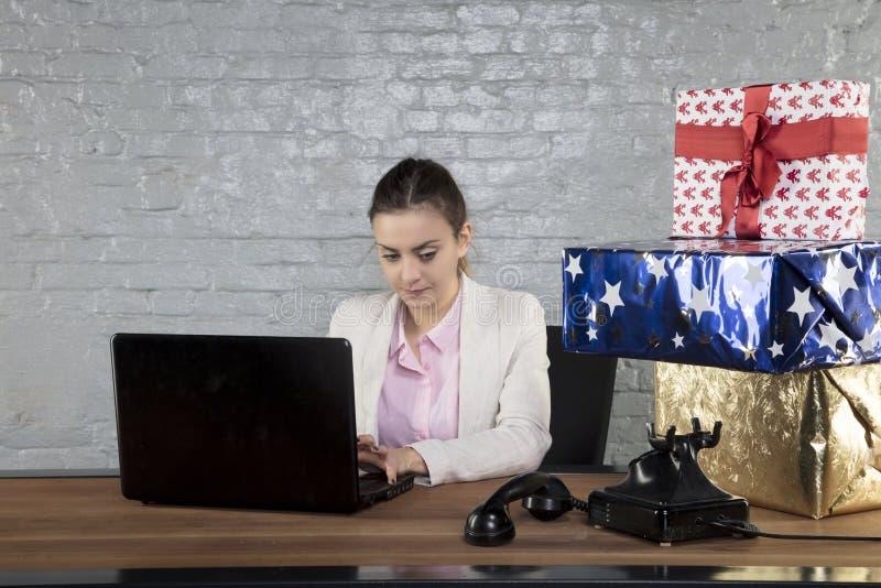 Ο γραμματέας γράφει κάτι στον υπολογιστή, χρόνος Χριστουγέννων στοκ εικόνες με δικαίωμα ελεύθερης χρήσης