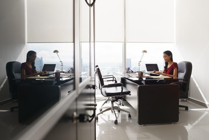 Ο γραμματέας γράφει το μήνυμα ηλεκτρονικού ταχυδρομείου στο PC ταμπλετών στο γραφείο γραφείων στοκ φωτογραφία