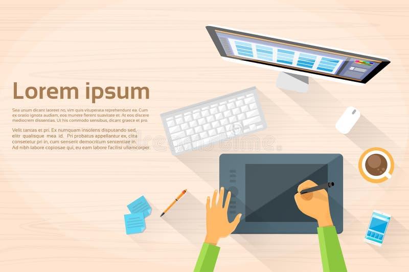 ο γραφικός σχεδιαστής δίνει τον υπολογιστή γραφείων εργασιακών χώρων ελεύθερη απεικόνιση δικαιώματος