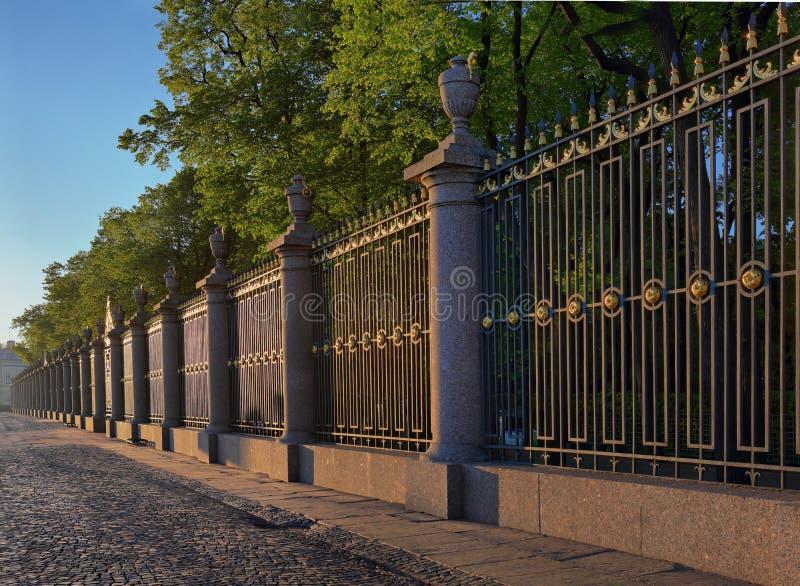 Ο γραφικός φράκτης του θερινού κήπου στη Αγία Πετρούπολη στοκ φωτογραφία με δικαίωμα ελεύθερης χρήσης