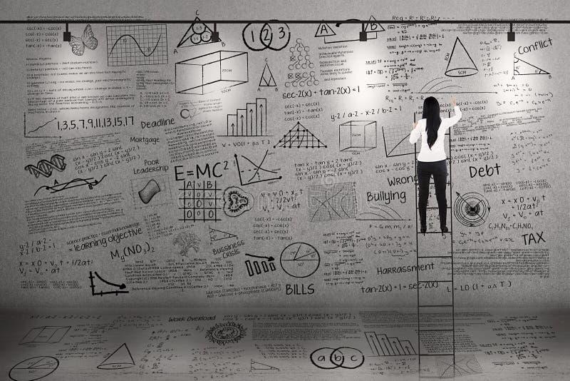 Ο δάσκαλος αναρριχείται για να γράψει στο whiteboard απεικόνιση αποθεμάτων