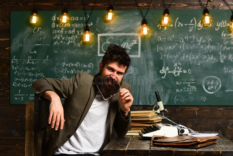 Ο δάσκαλος είναι θερμός προσιτός ενθουσιώδης και φροντίδα, ομιλητής που συζητά τα αρχιτεκτονικά ζητήματα με τους σπουδαστές κατά  στοκ φωτογραφία με δικαίωμα ελεύθερης χρήσης