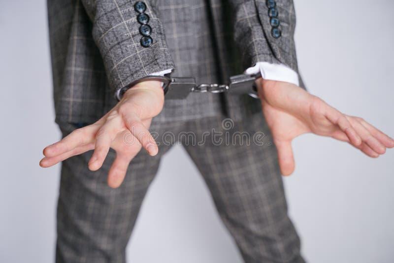 Ο δαπανηρά ντυμένος κλέφτης πάσχει από την κλεπτομανία και συλλαμβάνεται για ένα έγκλημα ένα άτομο στάσεις επιχειρησιακών στις μο στοκ εικόνα με δικαίωμα ελεύθερης χρήσης