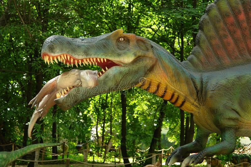 Ο δεινόσαυρος κρατά τα δόντια σε ένα μωρό στοκ φωτογραφίες