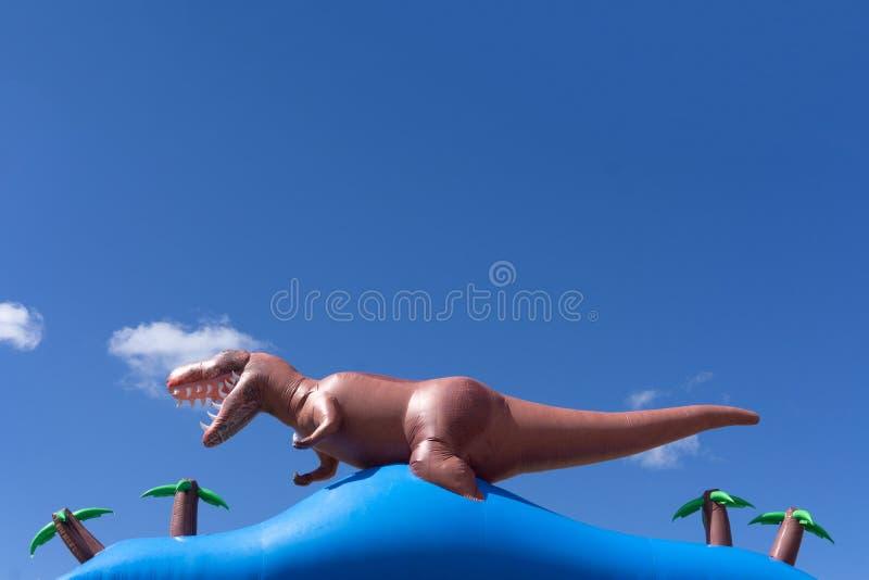 Ο δεινόσαυρος στο υπόβαθρο ζουγκλών τρισδιάστατο δίνει στοκ εικόνα