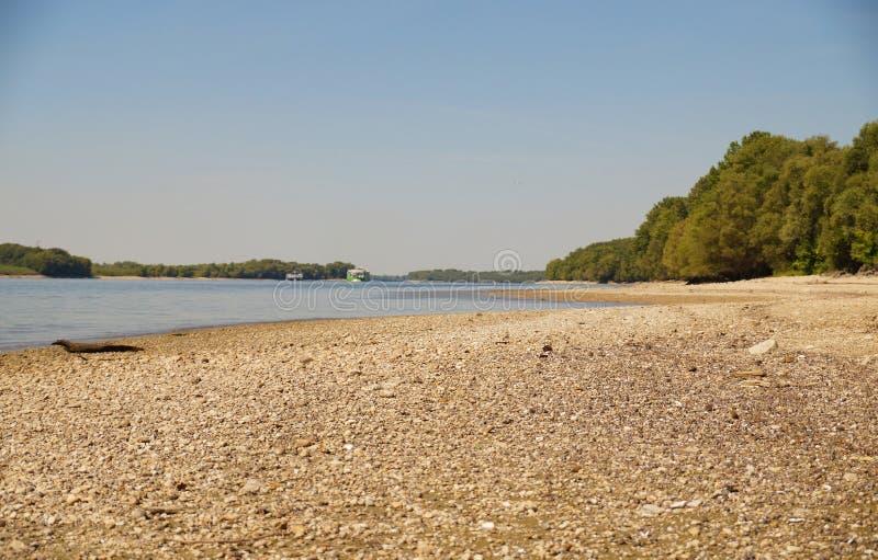 Ο δεύτερος μακρύτερος ποταμός στην Ευρώπη: ο Δούναβης Καμία βροχή, ξηρασία στοκ φωτογραφία με δικαίωμα ελεύθερης χρήσης