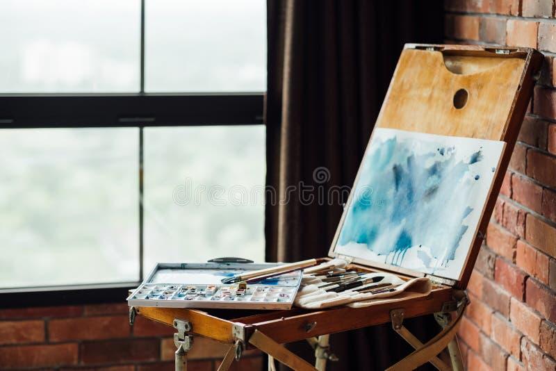 Ο δημιουργικός ελεύθερος χρόνος χόμπι τέχνης χρωμάτων σύρει το όργανο στοκ φωτογραφία με δικαίωμα ελεύθερης χρήσης