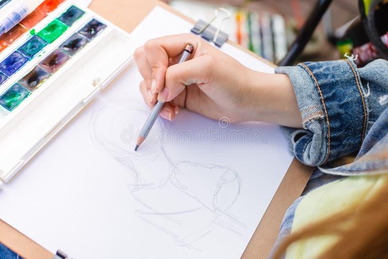ο δημιουργικός καλλιτέχνης χρωματίζει μια ζωηρόχρωμη εικόνα Κινηματογράφηση σε πρώτο πλάνο των χεριών και της βούρτσας στο στάδιο στοκ εικόνες με δικαίωμα ελεύθερης χρήσης
