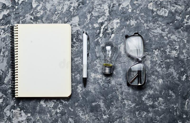 Ο δημιουργικός χώρος εργασίας του συγγραφέα είναι ενθαρρυντικός για να δημιουργήσει έχετε την ιδέα ι Σημειωματάριο, μάνδρα, πυρακ στοκ φωτογραφίες με δικαίωμα ελεύθερης χρήσης
