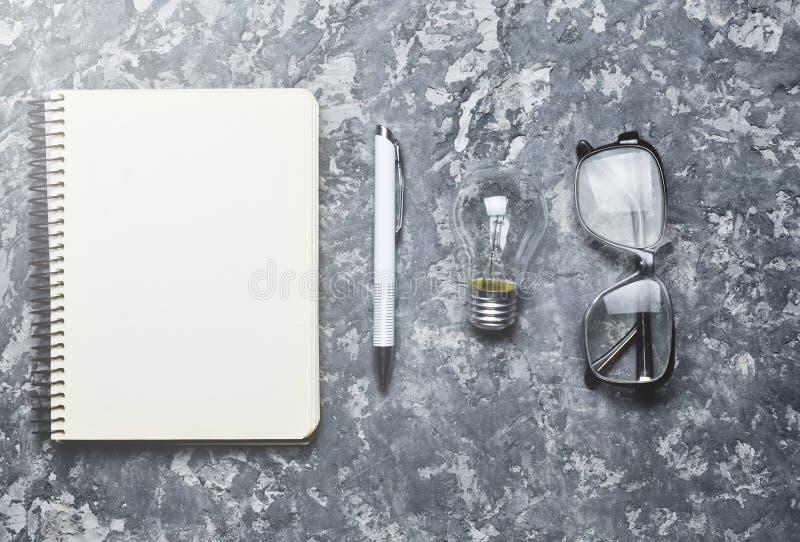 Ο δημιουργικός χώρος εργασίας του συγγραφέα είναι ενθαρρυντικός για να δημιουργήσει στοκ φωτογραφίες