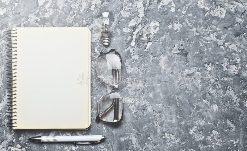 Ο δημιουργικός χώρος εργασίας του συγγραφέα είναι ενθαρρυντικός για να δημιουργήσει στοκ εικόνες με δικαίωμα ελεύθερης χρήσης