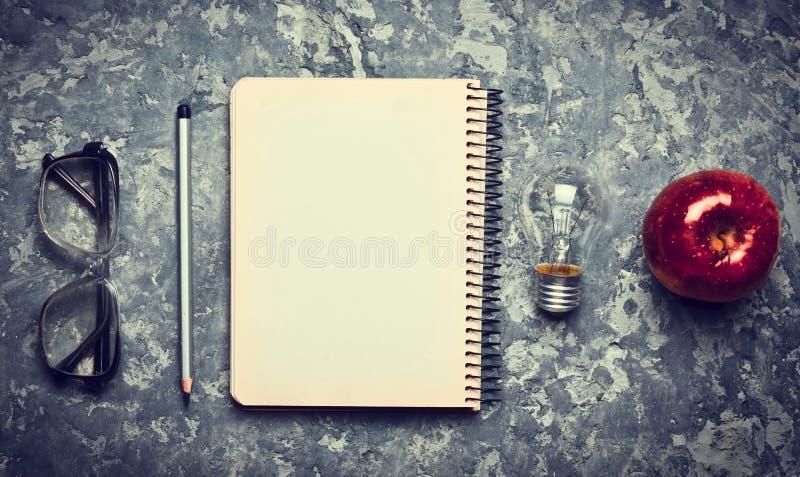 Ο δημιουργικός χώρος εργασίας του συγγραφέα είναι ενθαρρυντικός για να δημιουργήσει στοκ εικόνες