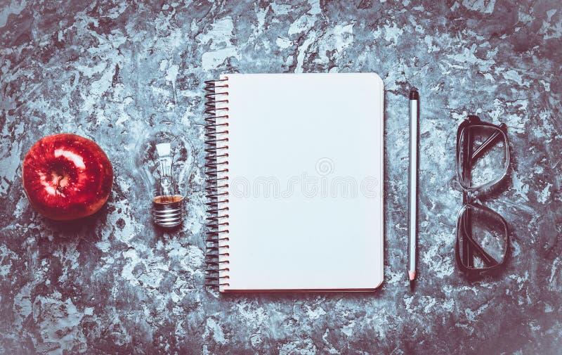 Ο δημιουργικός χώρος εργασίας του συγγραφέα είναι ενθαρρυντικός για να δημιουργήσει στοκ φωτογραφία με δικαίωμα ελεύθερης χρήσης