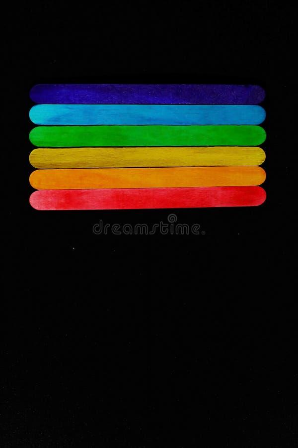 Ο διαγώνιος χρωματισμένος ξύλινος φραγμός που τοποθετούν διαδοχικά στον τόνο φάσματος στο μαύρο υπόβαθρο και το διάστημα για γράφ στοκ εικόνες με δικαίωμα ελεύθερης χρήσης