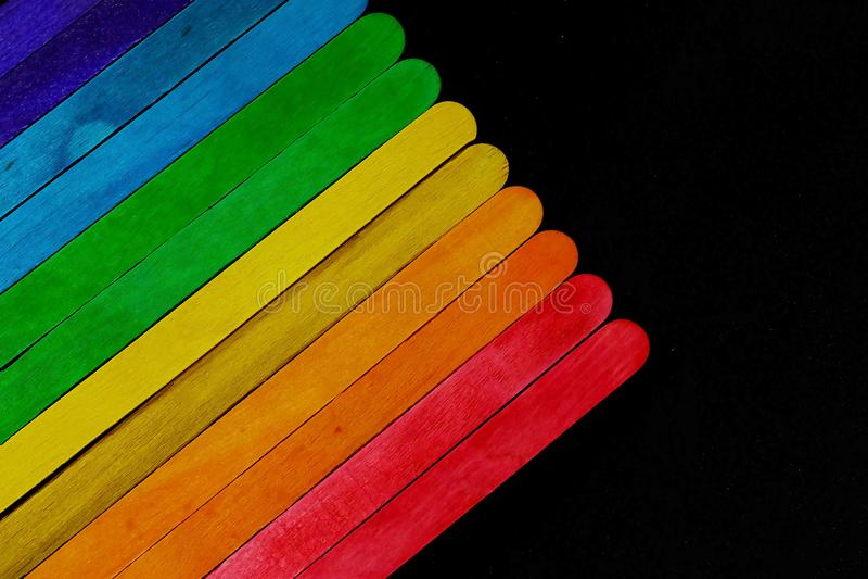 Ο διαγώνιος χρωματισμένος ξύλινος φραγμός που τοποθετούν διαδοχικά στον τόνο φάσματος στο μαύρο υπόβαθρο και το διάστημα για γράφ στοκ εικόνες