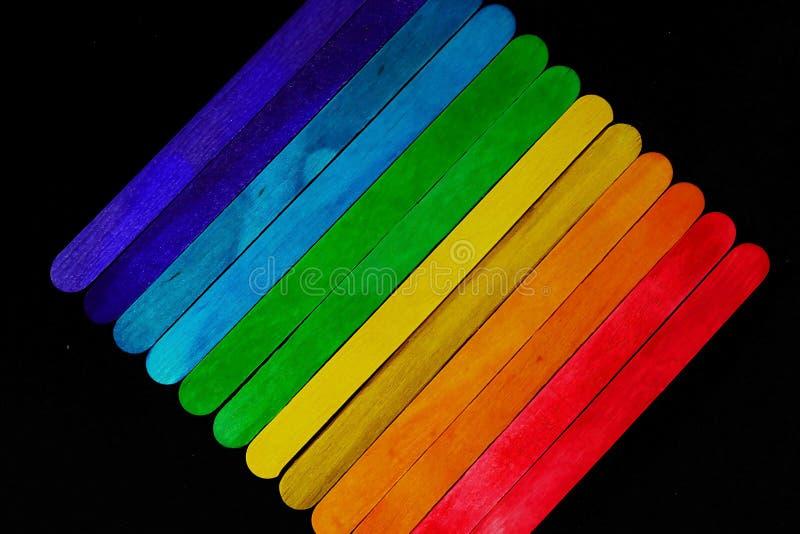 Ο διαγώνιος χρωματισμένος ξύλινος φραγμός που τοποθετούν διαδοχικά στον τόνο φάσματος στο μαύρο υπόβαθρο και το διάστημα για γράφ στοκ φωτογραφίες με δικαίωμα ελεύθερης χρήσης