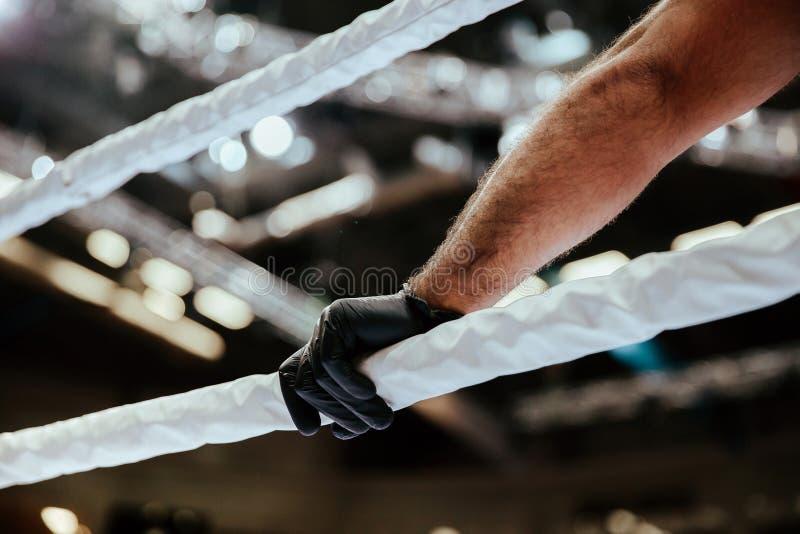 Ο διαιτητής παραδίδει το μαύρο γάντι στοκ εικόνες με δικαίωμα ελεύθερης χρήσης