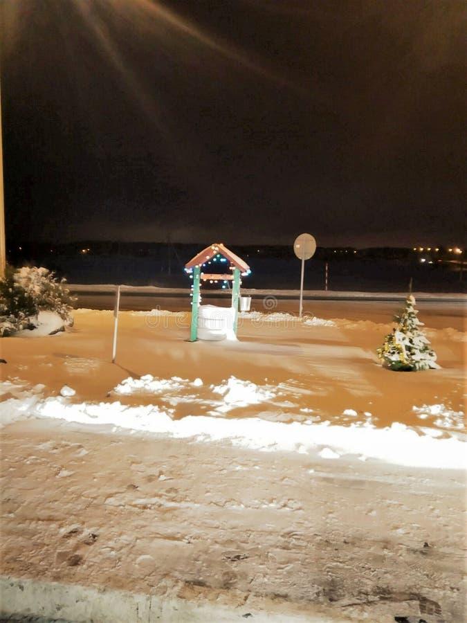 ο διακοσμητικός είναι καλά διακοσμημένος με μια γιρλάντα χρώματος, προκαλεί με μια σειρά το χειμερινό δρόμο, μικρό fir-tree στο χ στοκ εικόνες