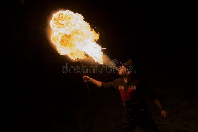 Ο διασκεδαστής πάρκων αναπνέει την πυρκαγιά στοκ φωτογραφίες με δικαίωμα ελεύθερης χρήσης