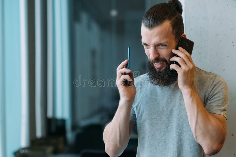 Ο διευθυντής επιχειρησιακών επικοινωνιών υπερφόρτωσε τις κλήσεις στοκ φωτογραφία με δικαίωμα ελεύθερης χρήσης