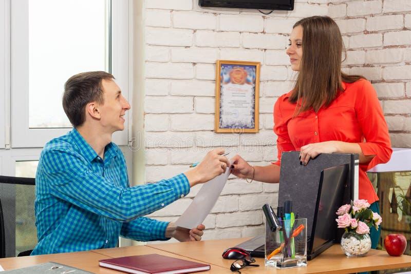 Ο διευθυντής υπέγραψε μια εφαρμογή για την άδεια υπαλλήλων στοκ φωτογραφία με δικαίωμα ελεύθερης χρήσης