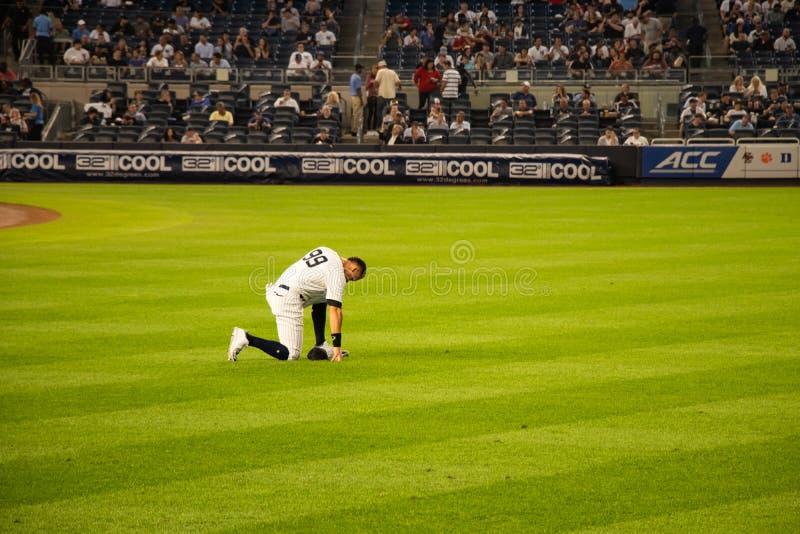 Ο δικαστής του Aaron γονατίζει και προσεύχεται πριν από το παιχνίδι στοκ εικόνα με δικαίωμα ελεύθερης χρήσης
