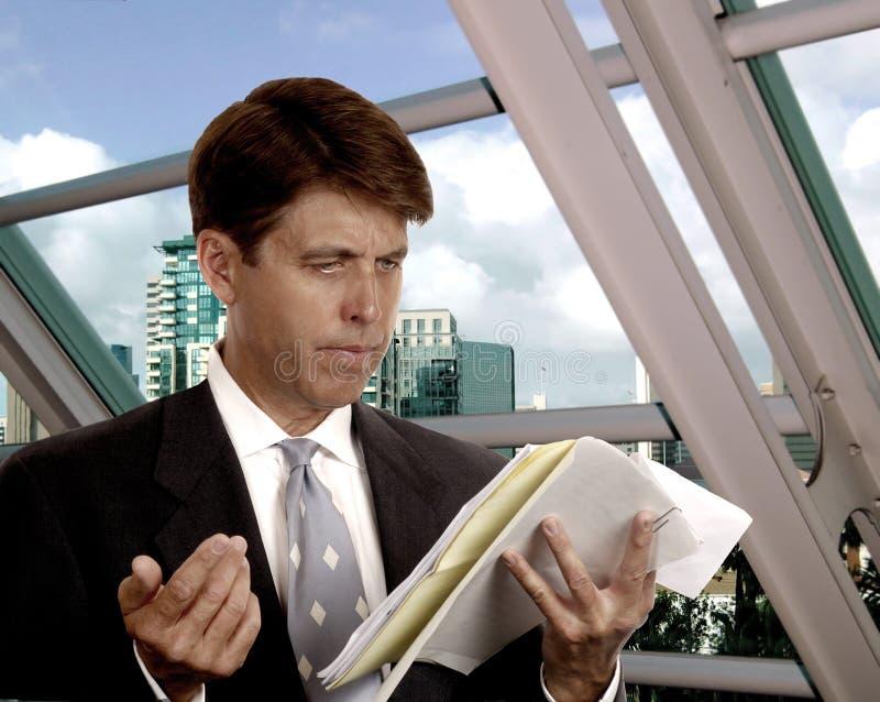 ο δικηγόρος συμβάσεων διαβάζει το σας στοκ εικόνες