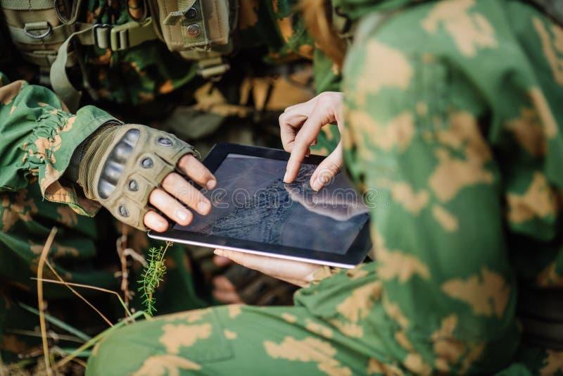 Ο διοικητής στρώνει τη διαδρομή σε μια ηλεκτρονική ταμπλέτα στοκ εικόνες με δικαίωμα ελεύθερης χρήσης