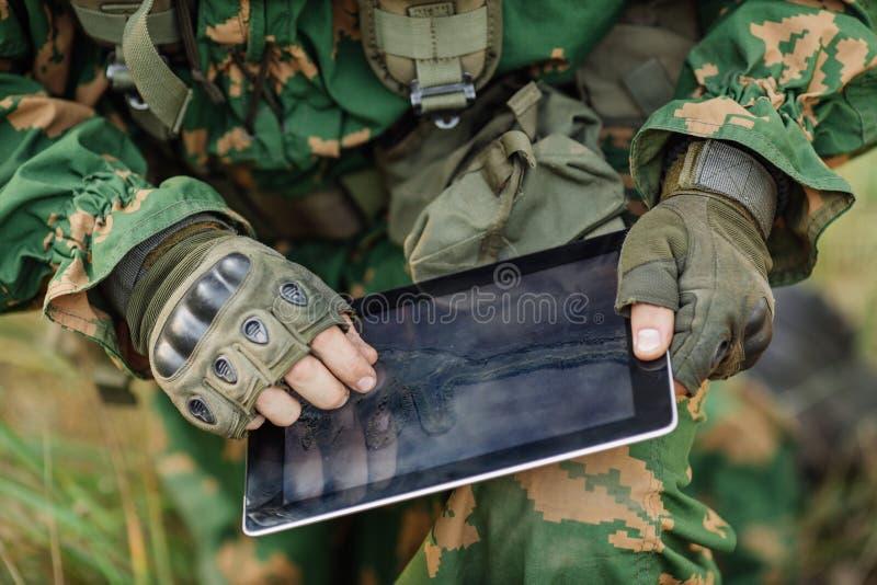 Ο διοικητής στρώνει τη διαδρομή σε μια ηλεκτρονική ταμπλέτα στοκ φωτογραφία με δικαίωμα ελεύθερης χρήσης
