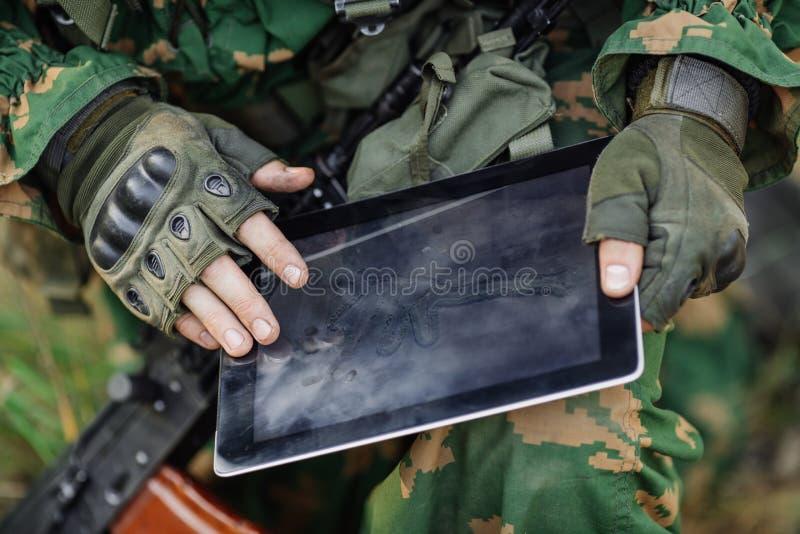Ο διοικητής στρώνει τη διαδρομή σε μια ηλεκτρονική ταμπλέτα στοκ εικόνες