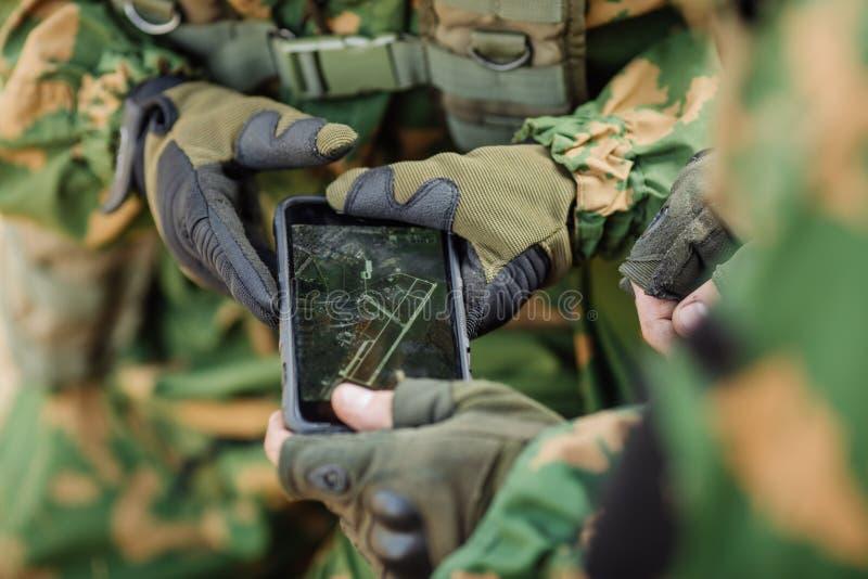 Ο διοικητής στρώνει τη διαδρομή σε μια ηλεκτρονική ταμπλέτα στοκ εικόνα