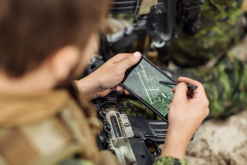 Ο διοικητής του Rangers στρώνει τη διαδρομή σε ένα ηλεκτρονικό satnav στοκ εικόνες